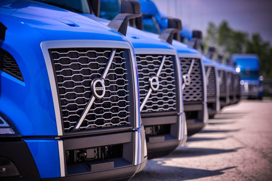 Brite Logistics Chicago Blue new modern trucks Volvo tractors front OTR dry van